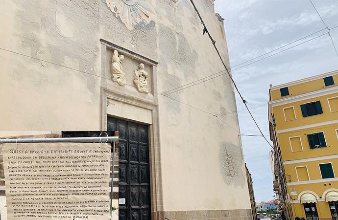 """San Michele la chiesa del Patrono di Alghero in condizioni pietose, lo scritto provocatorio: """"lasciate una offerta, non la ruba nessuno"""""""