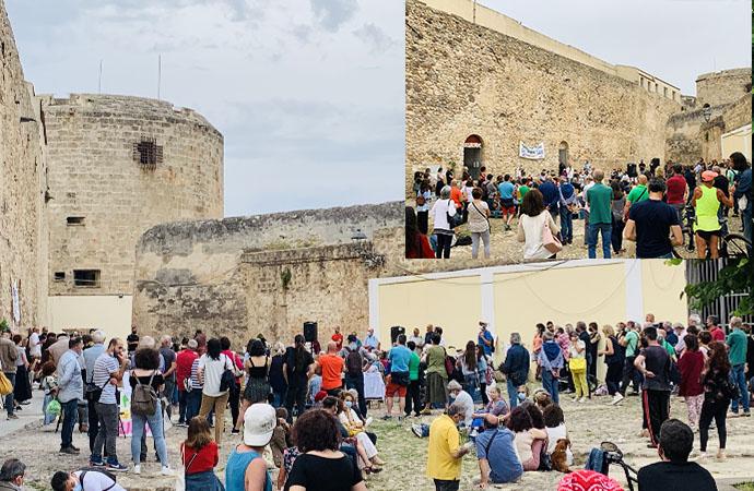 Punta Giglio libera ieri in piazza, tanti e si cresce, e Giovanni Oliva fa il poeta