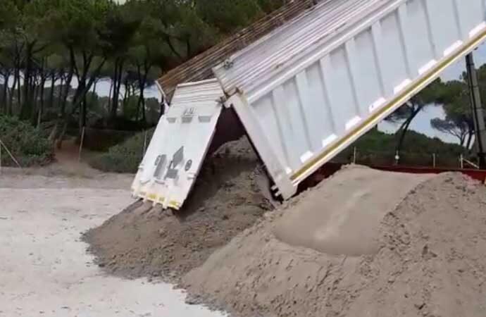 VIDEO –  Ritorna in Riviera la sabbia recuperata, anche Punta Negra ha il suo oro bianco